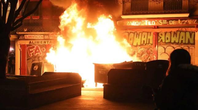 Arden unos contenedores en el Casco Viejo de Pamplona durante las protestas en apoyo al rapero Hasel.