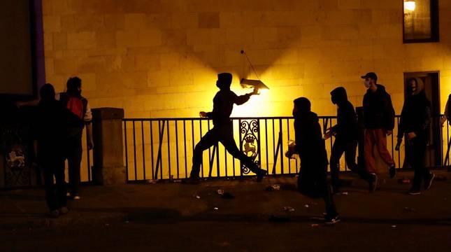 Algunos manifestantes han cruzado e incendiado contenedores en calles del Casco Viejo de Pamplona