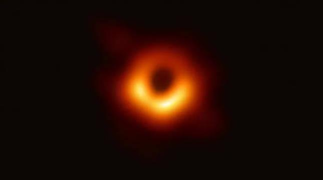 Imagen de agujero negro de la galaxia Messier 87 realizada con el Telescopio del Horizonte de Sucesos (EHT).