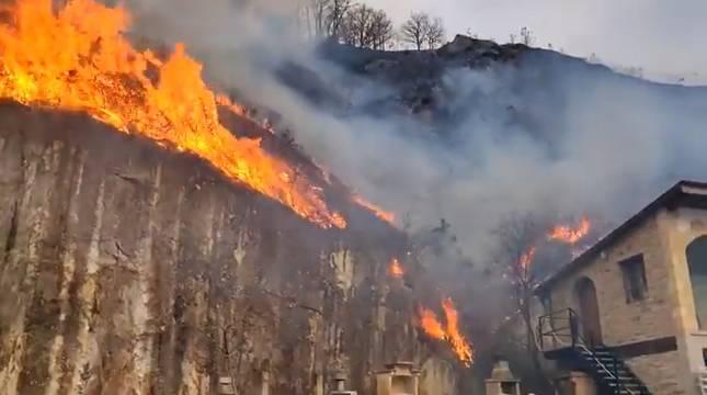Imagen de las llamas del incendio en Bera, junto a una vivienda.
