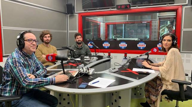 Sara Carbonero, junto a Vicente Ortega y los componentes del grupo musical Tu otra bonita, en su regreso a la radio tras su operación