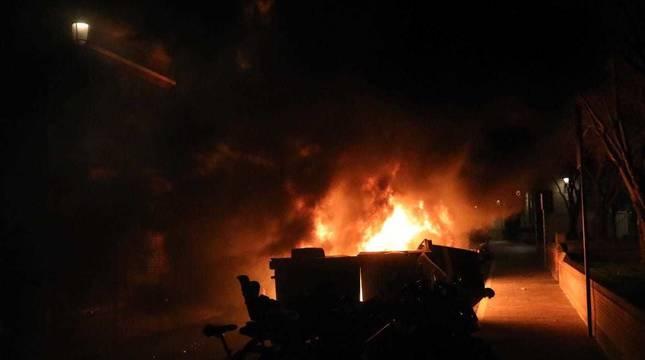 Imagen de unos contenedores ardiendo en la manifestación en apoyo a Pablo Hasel.