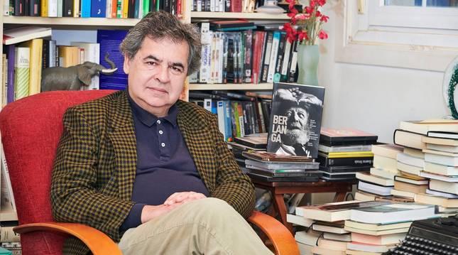 Manuel Hidalgo posa en un rincón de trabajo junto al libro El último austrohúngaro.