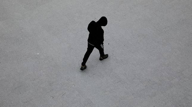 Un adolescente camina por una calle de una localidad navarra.