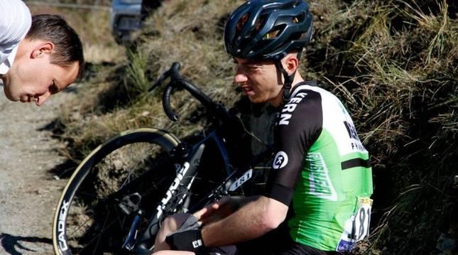 Juanjo Oroz, junto a Roger Adriá tras la caída en la etapa.