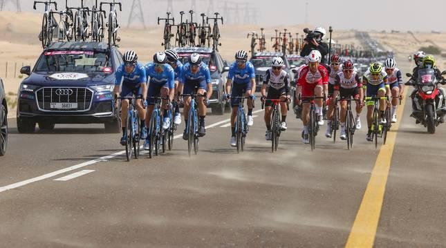 El Movistar Team tira de Alejandro Valverde en un momento de la primera etapa del UAE.