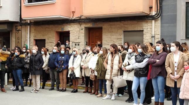 Representantes de las instituciones navarras y vecinos de Azagra han mostrado este domingo en una concentración su repulsa por la agresión sufrida el sábado por una vecina de la localidad por parte de su pareja,