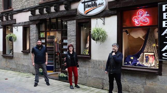 Desde la izquierda, en la puerta del establecimiento y sin la mascarilla que se quitaron para la foto, los hermanos Álvaro y Mila Moreno Nuin y Karlos Martinena Espinal.