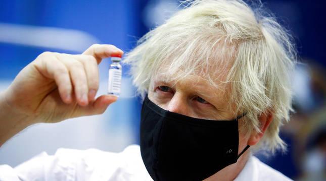 Foto de Boris Johnson sujetando una dosis de la vacuna de AstraZeneca.