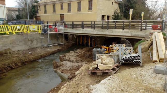 Foto de las obras de reparación del puente de Cascante sobre el río Queiles.