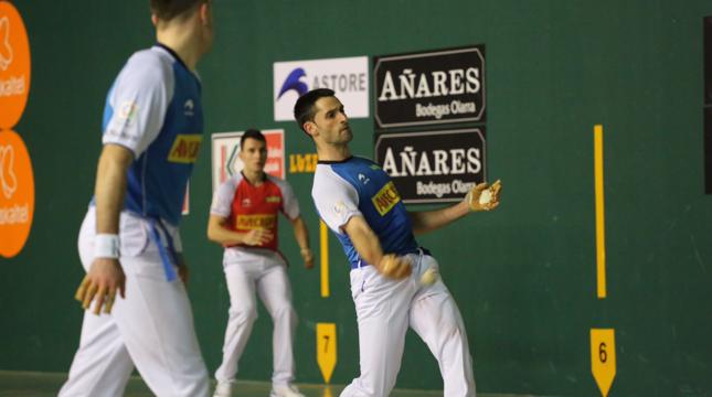 Jon Ander Albisu golpea a una pelota durante el partido de ayer por la noche en el Auzoeta.