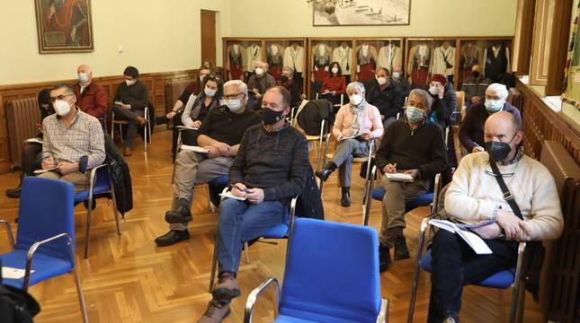 La sala de sesiones de la Junta General del Valle de Roncal acogió el encuentro del Gobierno con cargos electos del Pirineo.
