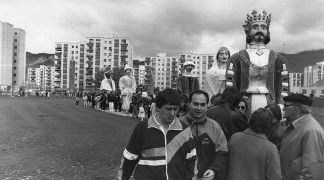 Mari Ganuza y Jose Manuel Albéniz, de la Comparsa de Pamplona, vestidos de pamplonica y abrigados con chaquetas de chándal el 28 de abril de 1991.