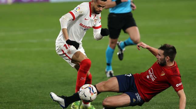 En-Nesyri intenta marcharse de Moncayola. El máximo goleador del Sevilla salió para jugar los últimos minutos.