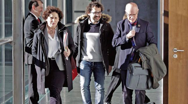 Foto de archivo de Carmen Maeztu de camino a la sala de comisiones junto a Txema Mauleón (jefe de gabinete) y Andrés Carbonero (protección social).