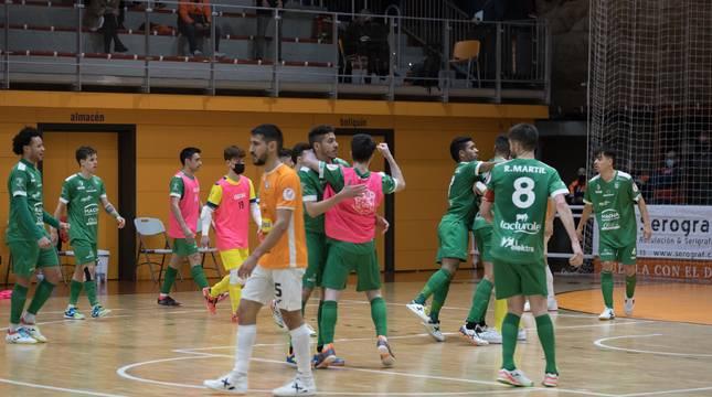Los jugadores de Osasuna Magna celebraron la victoria ante el Aspil-Jumpers sobre la pista del Ciudad de Tudela.