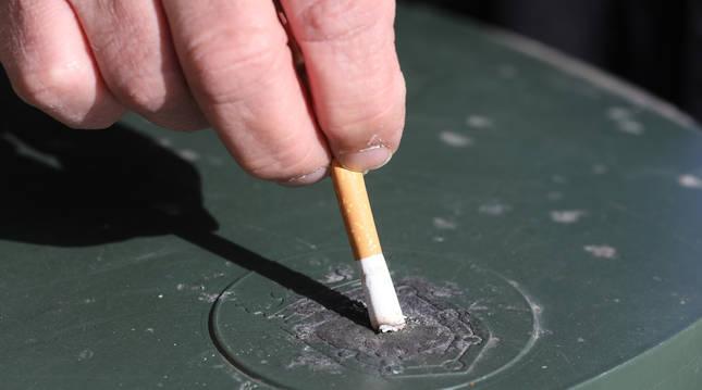 Un error muy común entre fumadores: apagar el cigarro en el escudo de la papelera y no en el hierro.