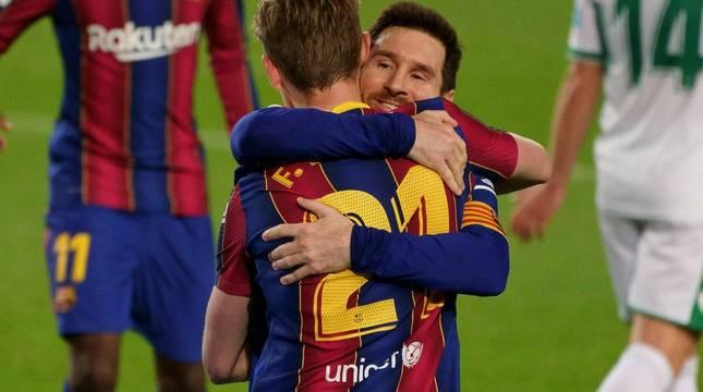Messi y De Jong, tras generar entre ambos el segundo gol del Barcelona.