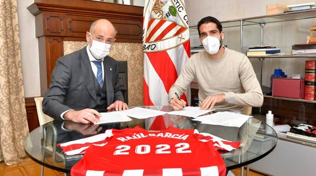 El presidente del Athletic Club de Bilbao, Aitor Elizegi, y Raúl García firman la renovación del jugador.
