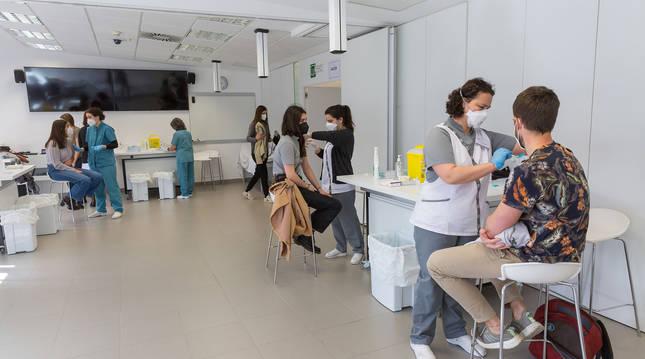 Foto de alumnos de la Universidad de Navarra recibiendo la vacuna de AstraZeneca.