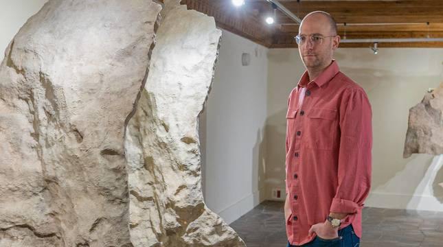 Carlos Irijalba posa en Tudela junto a una de las piezas de la exposición, una reproducción en 3D surgida del escaneo de las paredes de las Cuevas de Altamira.