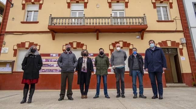 Los alcaldes de la mancomunidad Andía,  su técnica y representantes de Teder junto a la sede de Andialan, la antigua escuela de Abárzuza sede ahora del nuevo espacio para el trabajo colaborativo.