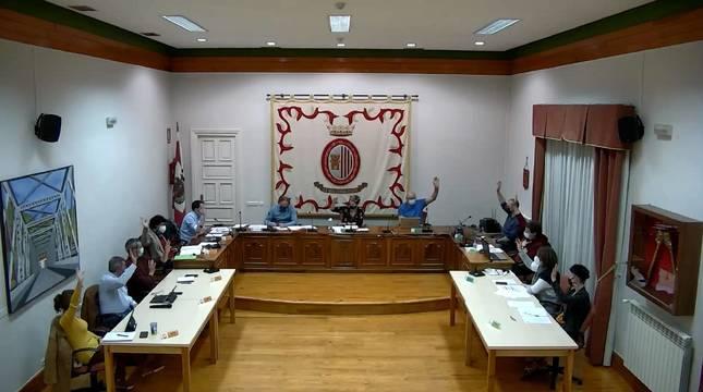 Los 11 ediles de los tres grupos municipales, todos de nuevo en el salón de plenos (con mascarilla y mayor separación por la pandemia),  votaron a favor del presupuesto de 2021. Sesión sin público y retransmitida 'online'.