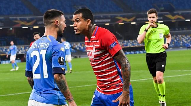 Discusión entre Matteo Politano y Robert Kenedy durante el partido Nápoles-Granada.