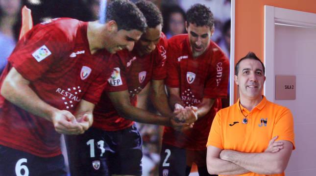 José Vilariño delante de la foto que adorna la entrada a su consulta y  recoge la dedicatoria de tres jugadores de Osasuna  ante el nacimiento de su primera hija.