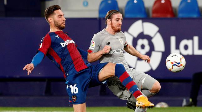 El centrocampista del Levante Rubén Rochinalucha con el delantero Iker Muniain, del Athlétic de Bilbao por un balón