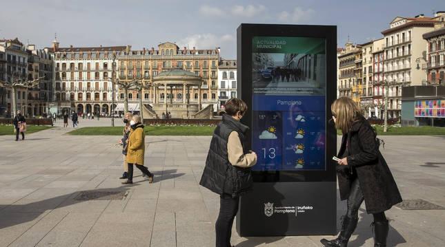 Imagen del mupi digital instalado en la plaza del Castillo.