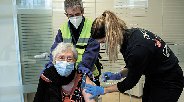 Una mujer recibe la vacuna frente al coronavirus en Navarra.