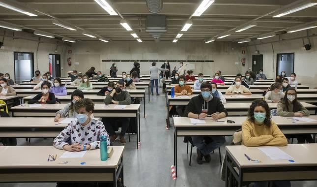Los aspirantes a las plazas se repartieron en 28 aulas del aulario, guardando distancia de seguridad.