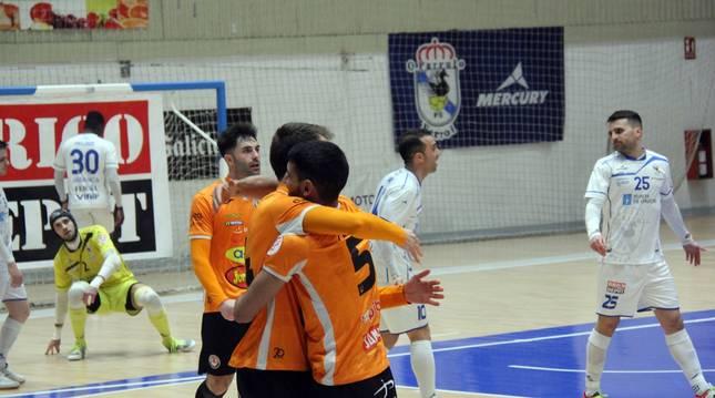 Alejandro Lemine y Javi Sena se abrazan en A Malata, tras anotar uno de los goles de ayer.
