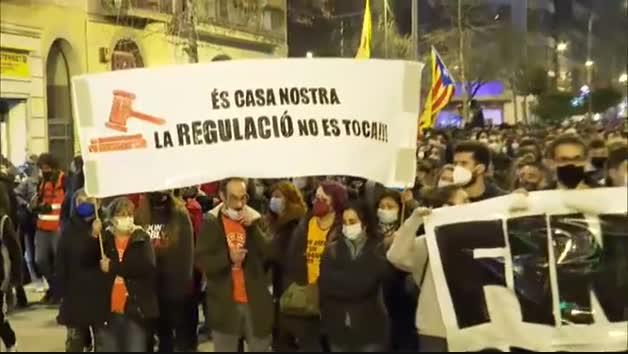 Fuertes disturbios en Barcelona al término de la manifestación en favor de la libertad de Pablo Hasel