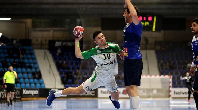 Ander Torriko, jugador del Helvetia Anaitasuna, lanza a portería ante la oposición de un defensor del Benidorm.