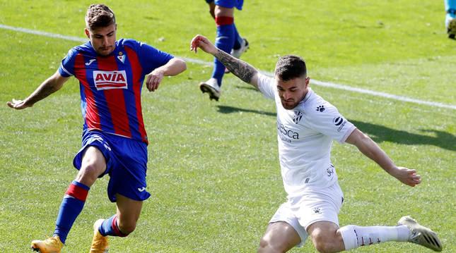El delantero Alejandro Pozo (Eibar) lucha un balón con el centrocampista Javier Galán (Huesca).