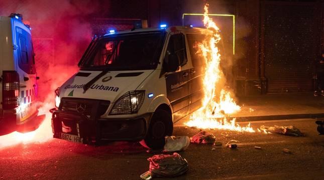 Barcelona vive otra noche de disturbios, saqueos y ataque a la Guardia Urbana