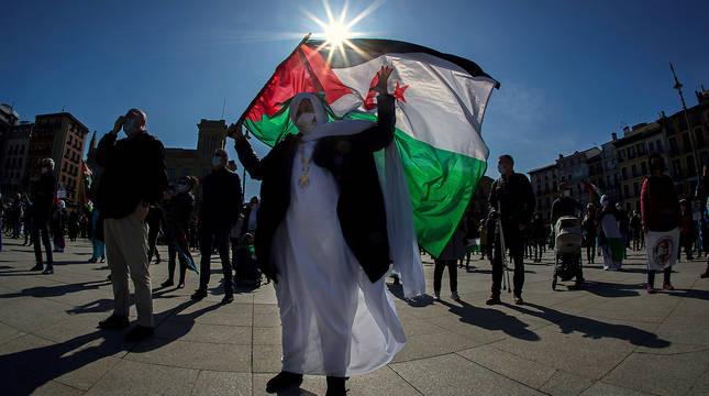 Una participante en la manifestación que ha recorrido este sábado el centro de Pamplona en solidaridad con el pueblo saharaui.