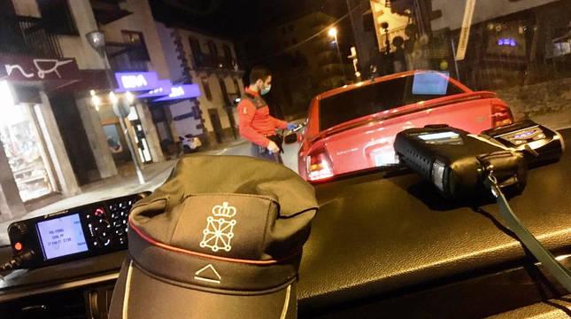 Una patrulla realiza la prueba de alcoholemia a un conductor en Elizondo.