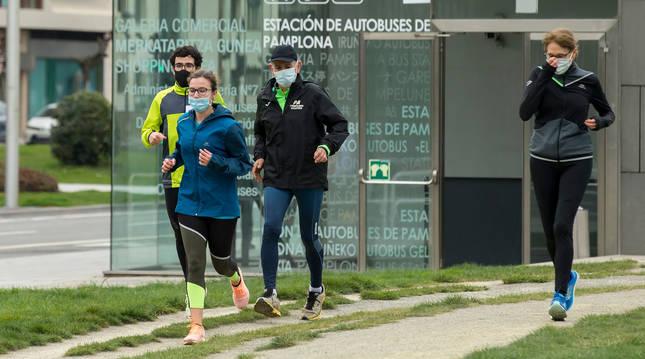 Foto de un grupo de corredores en la Vuelta del Castillo de Pamplona.