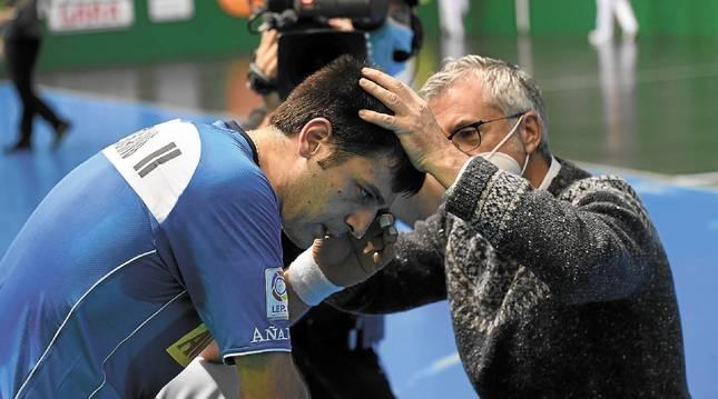 Elezkano es atendido por el doctor José María Urrutia tras un golpe en el 7-13 de ayer en Tolosa.