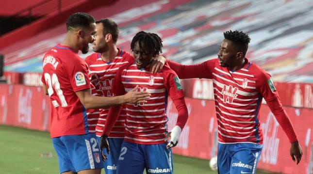 Los jugadores del Granada celebran el gol del portugués Domingos Quina.