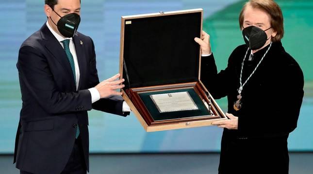 Raphael recibe el título de Hijo Predilecto de Andalucía de manos de Juanma Moreno, presidente de la Junta de Andalucía.