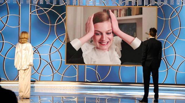 La actriz Emma Corrin, tras recibir su premio por 'The Crown', donde interpreta a Diana de Gales.