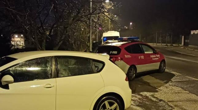 La ptrulla de la Policía Foral tras dar el alto al conductor implicado.
