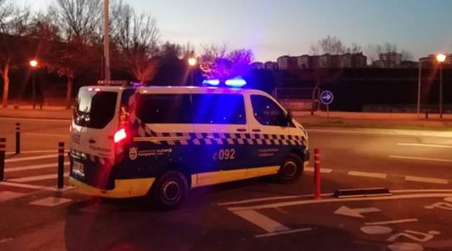 Patrulla de la Policía Municipal circulando por Pamplona.