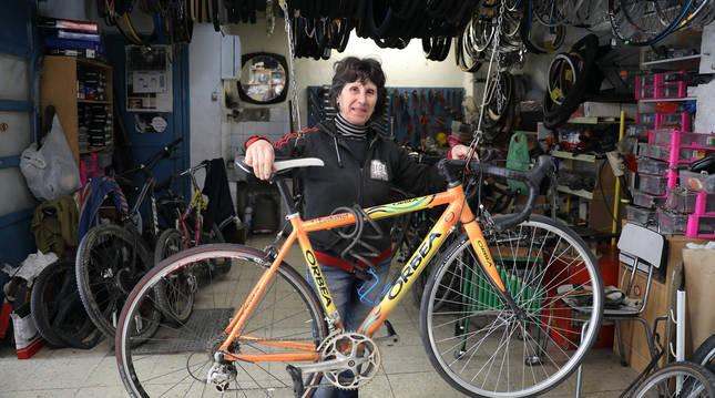 Foto de Rosa Ruiz Sanz, en la tienda taller que regenta en la Txantrea desde 1982.