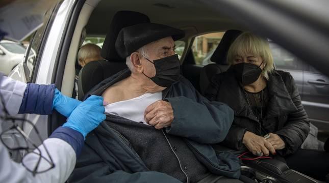 Fotos del inicio de la vacunación a mayores de 90 años en polideportivos de Pamplona.
