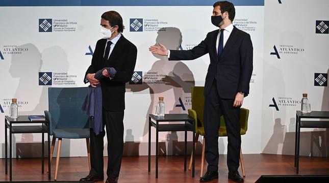 Aznar conversa con el presidente del PP, Pablo Casado, en el coloquio